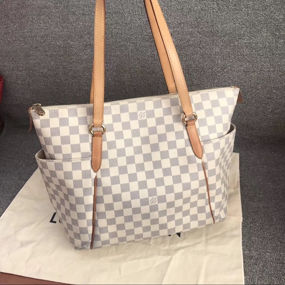 21d5254dfb62 Louis Vuitton Handbags - Louis Vuitton totally discontinued bag!